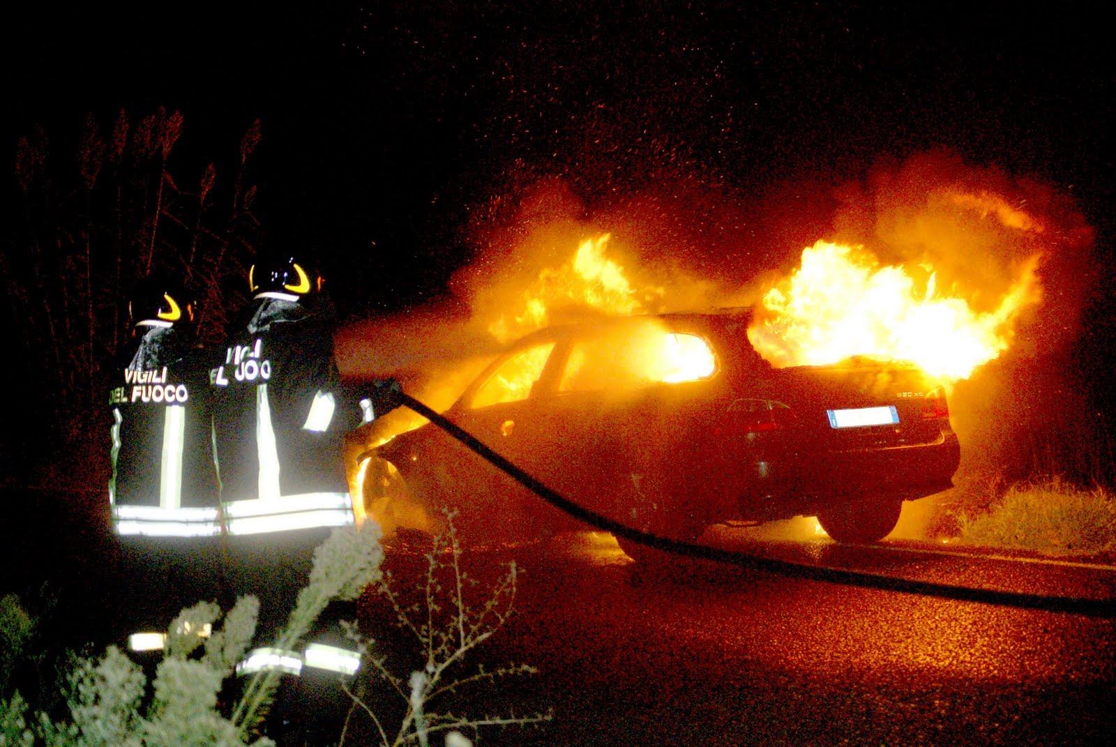 Incendi, auto in fiamme a Siracusa: indagini della polizia