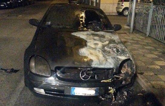 Incendi, una Mercedes in fiamme a Siracusa: indaga la polizia