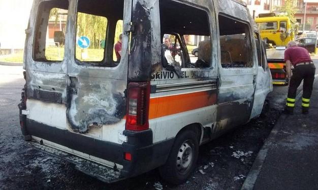 Incendi, in fiamme l'ambulanza di una Onlus a Siracusa: è dolo