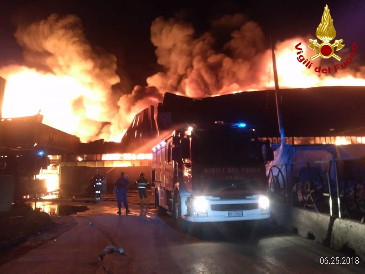 Incendi, in fiamme nella notte un'azienda di rifiuti a Battipaglia
