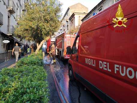 Incendi, in fiamme un ristorante a Catania in via San Giuliano