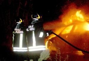 Siracusa, auto in fiamme in via Elorina