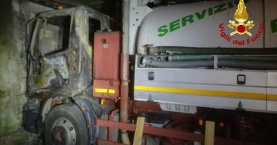 Incendiato a Siracusa un camion per l'espurgo dei pozzi: si indaga