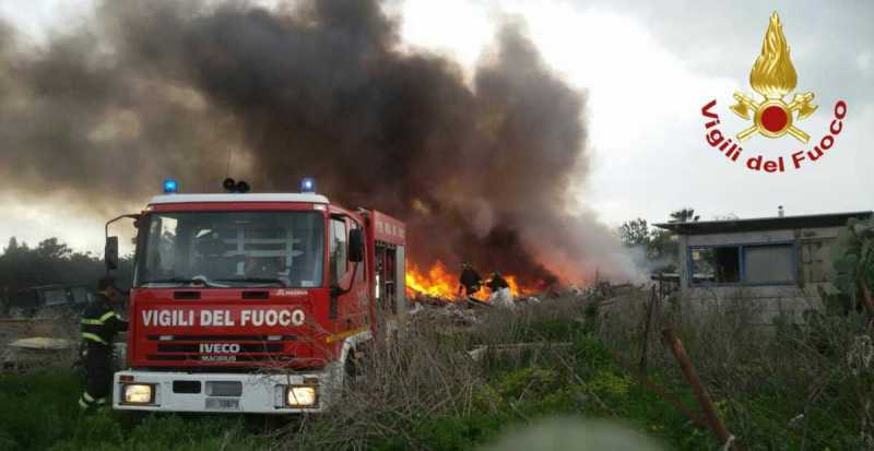 Autocarro in fiamme a Pachino in contrada Carrata