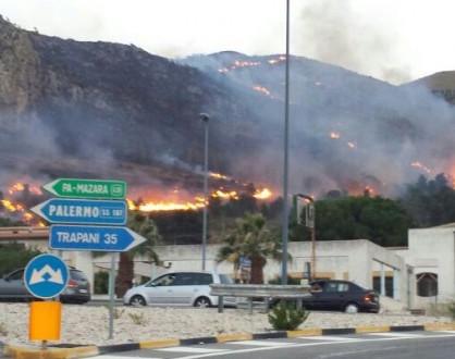 Il fuoco non dà tregua: in fiamme a Castellammare casa dei Mattarella