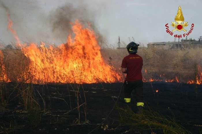 Piazza Armerina circondata dalle fiamme, evacuate diverse abitazioni