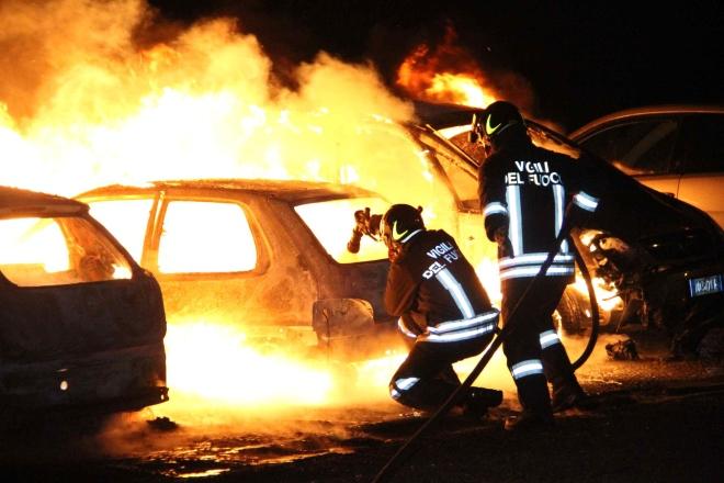 Notte di fuoco a Scicli, bruciate 4 auto della polizia municipale