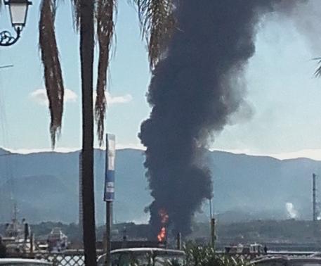 """Incendio in una raffineria di Milazzo, """"Rogo sotto controllo"""" : 3 feriti"""