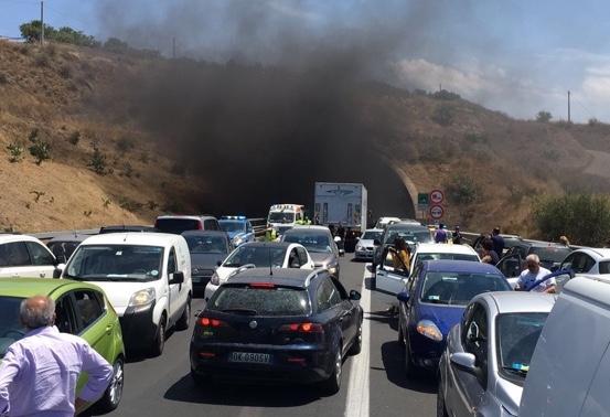 Veicolo in fiamme sulla Catania - Siracusa in territorio di Carlentini