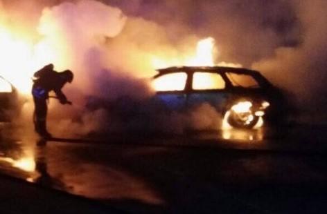 Fuoco prima dell'alba a Siracusa, in fiamme tre auto