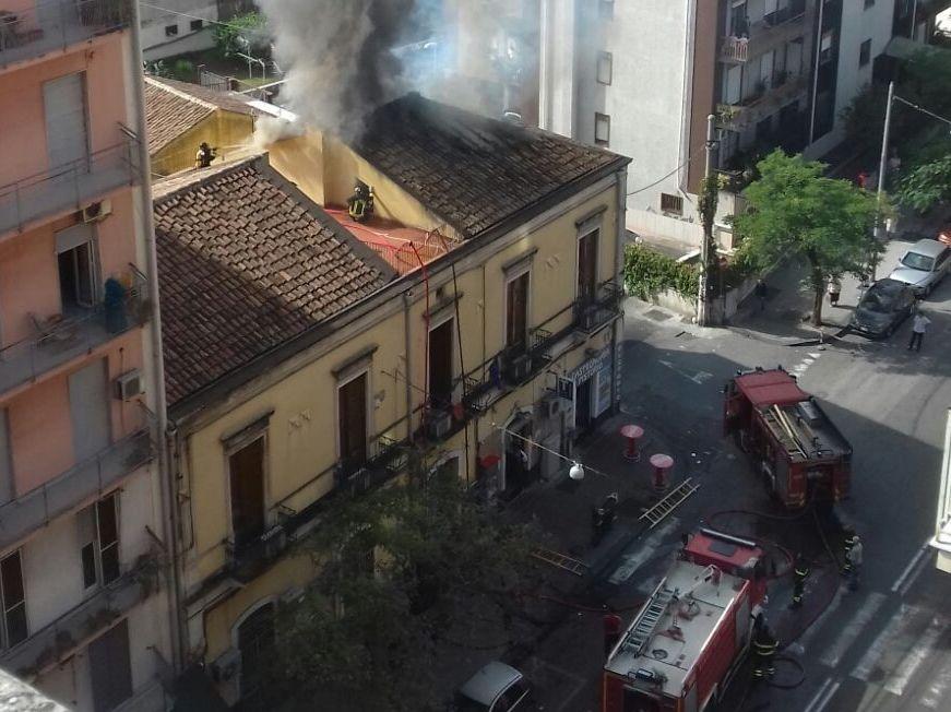 Palazzina in fiamme a Catania, evacuati gli uffici comunali