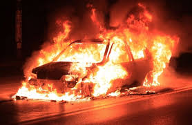 Incendio a catena a Siracusa, il fuoco distrugge 2 auto ed una moto