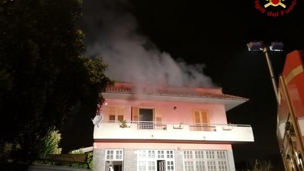 Mansarda in fiamme ad Aci Catena, i pompieri salvano 4 persone