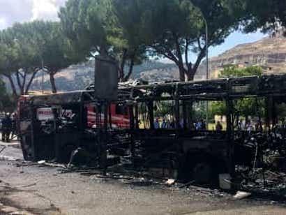 Autobus in fiamme a Palermo a Borgo Nuovo: paura e polemiche