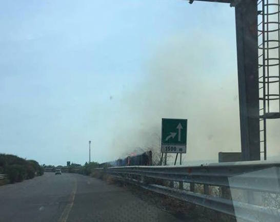 Incendio sulla Siracusa-Gela a 1500 metri dal casello di Rosolini