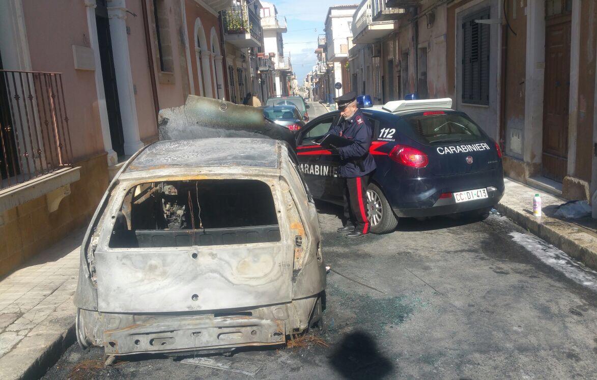 Incendi, tre auto in fiamme a Pachino: sul luogo i carabinieri