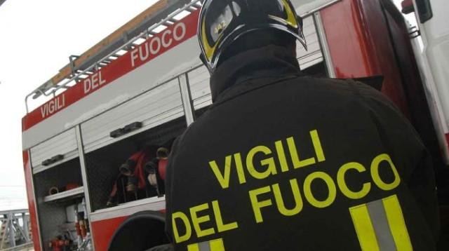 Incendio in una palazzina a Cosenza, tre operai intossicati