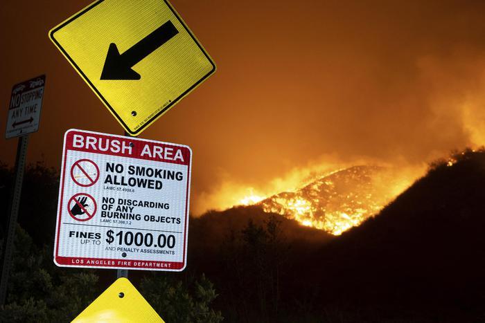 Maxi rogo a nord di Los Angeles, un morto e centomila evacuati