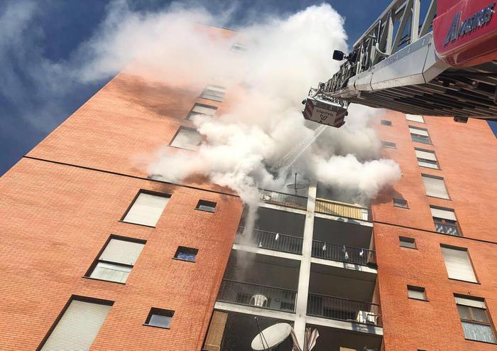 Incendio in un palazzo a Milano, bimbo gravissimo