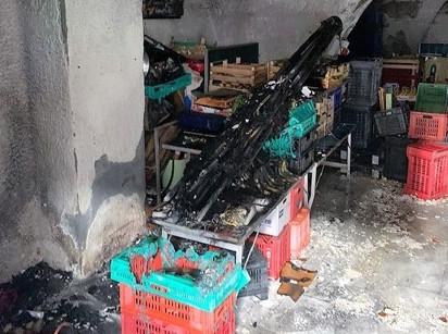 Catania, litiga con i soci e dà fuoco al bancone della frutta: denunciato