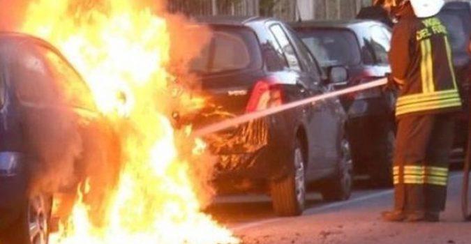Siracusa, in fiamme due auto prima dell'alba in via Tevere e via Italia