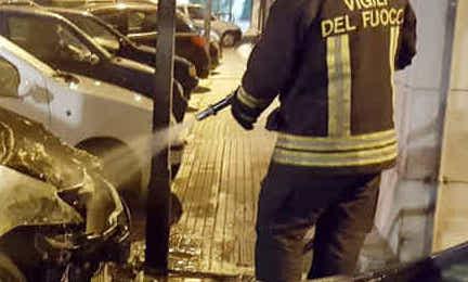 Siracusa, auto a fuoco in via Italia: coinvolta pure una Panda