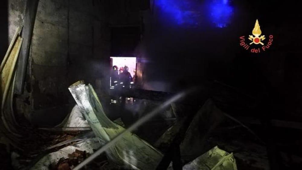 Incendi, le fiamme distruggono un pub a Catanzaro: due corpi carbonizzati