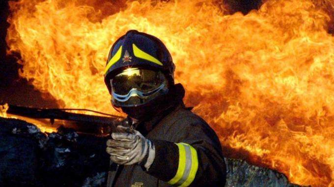 """""""Intimidazioni"""" col fuoco a Siracusa, in fiamme un'automobile"""