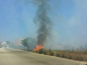 Siracusa, incendio al villaggio Miano: paura degli abitanti per le case vicine