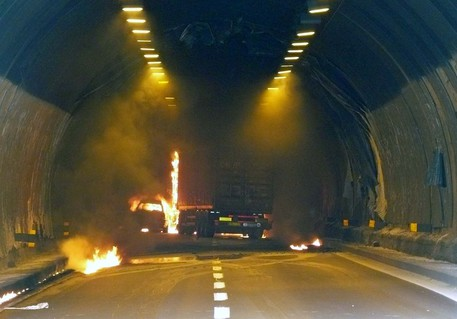 Siracusa, auto in fiamme nella galleria San Demetrio: tre persone restano ferite
