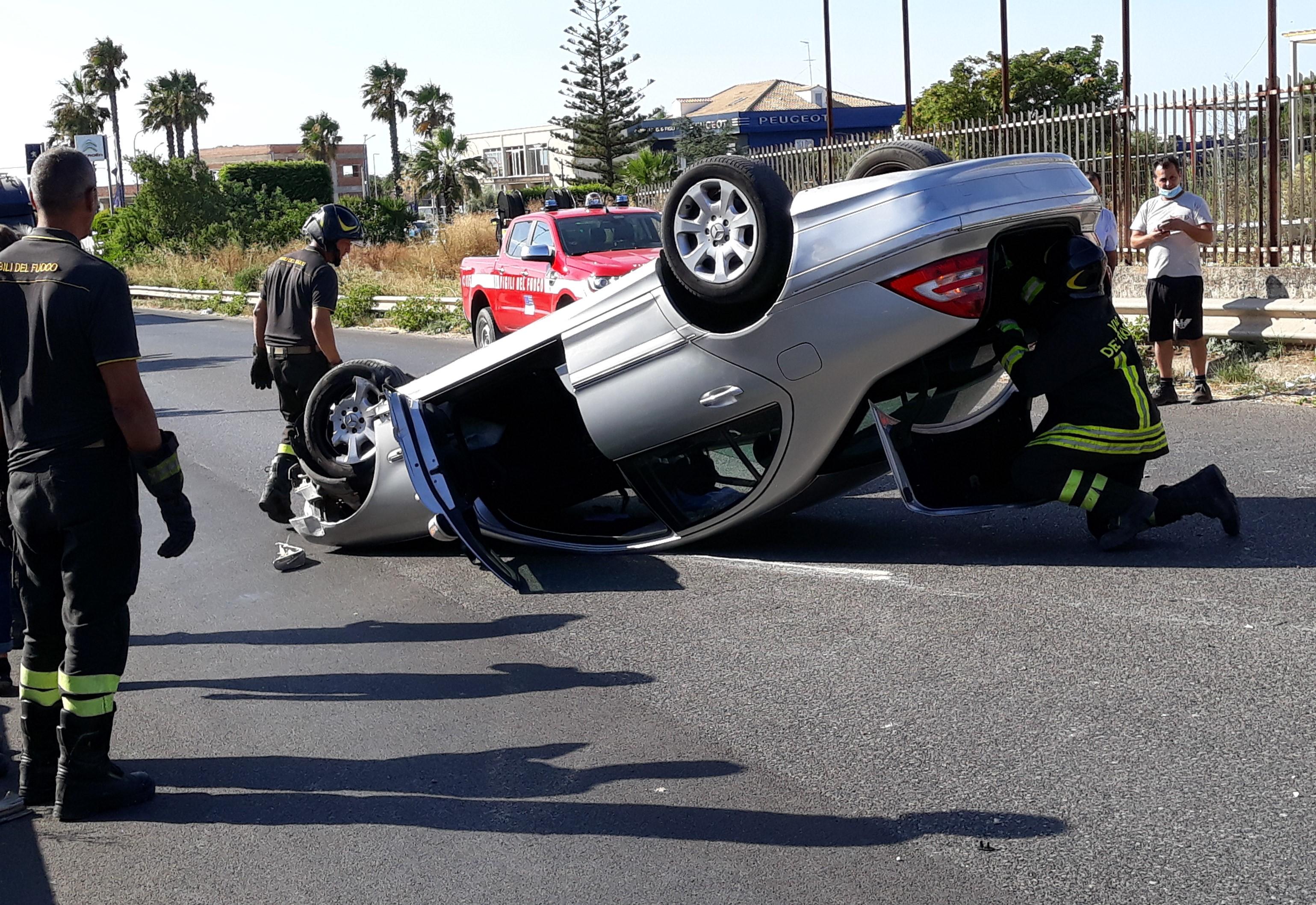Modica, auto contro un muro sulla strada per il mare: ferito un 86enne