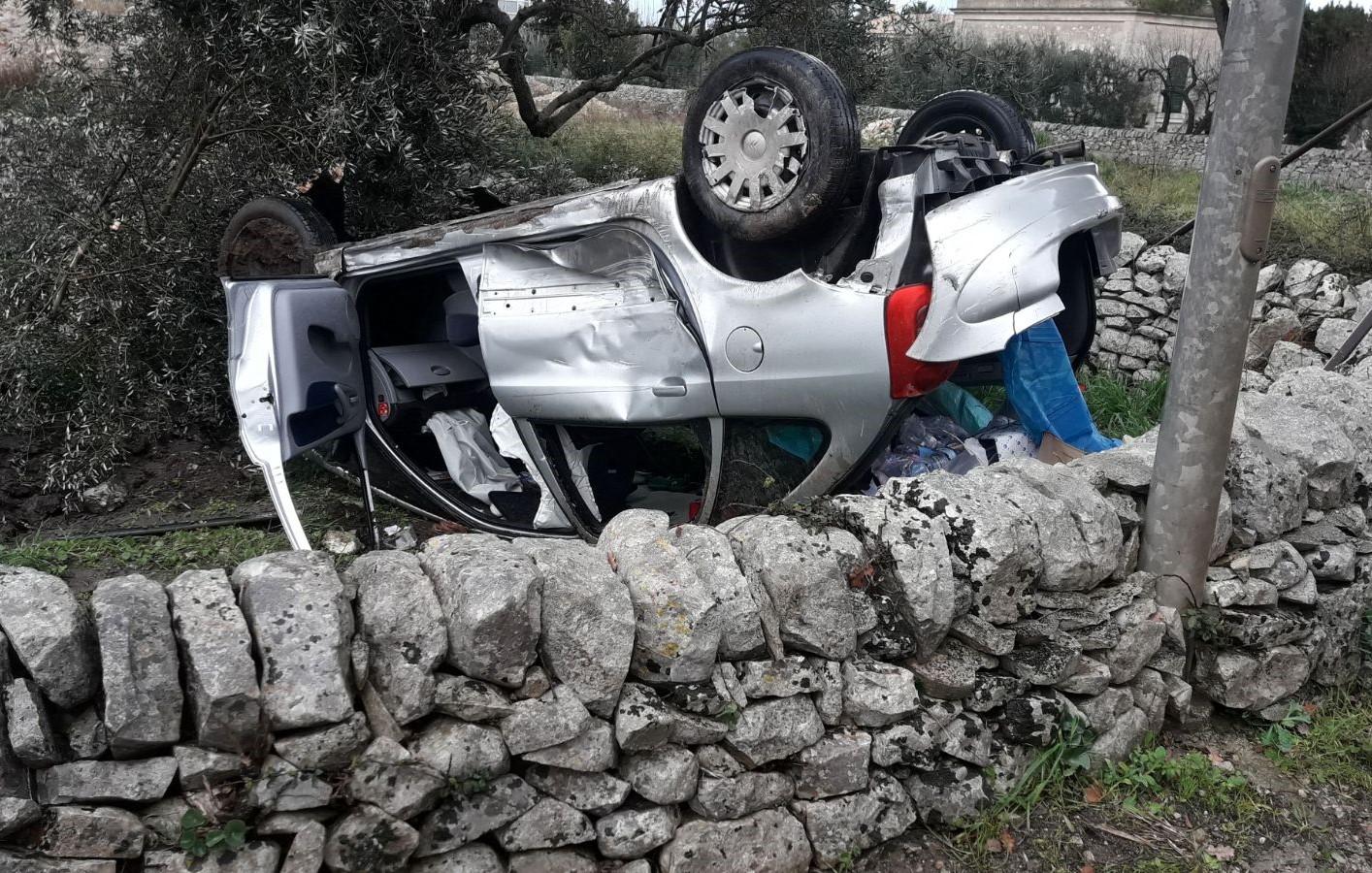 Modica, auto finisce fuori strada: illeso il conducente di Rosolini