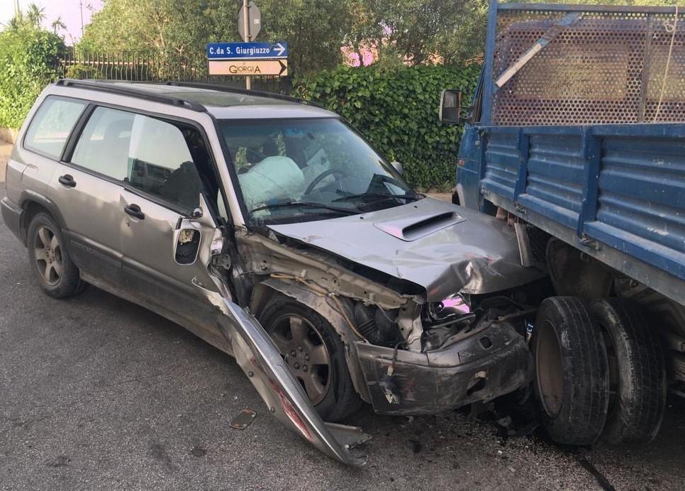 Modica, scontro tra un'auto e un camion: due feriti il bilancio dell'incidente