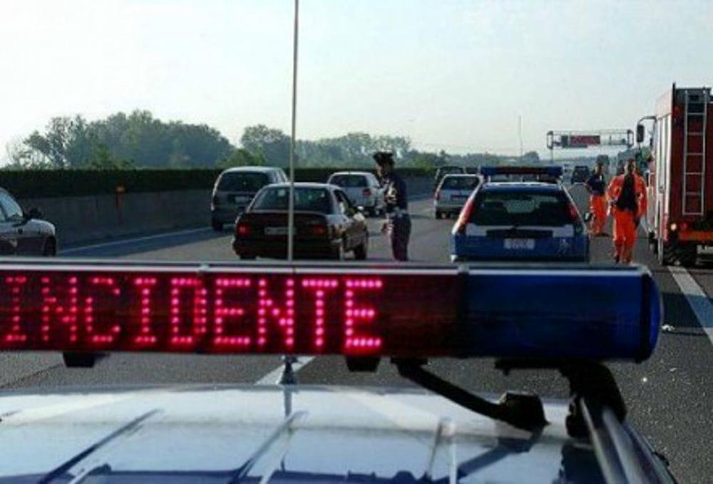 Uomo cammina a piedi in autostrada, investito e ucciso
