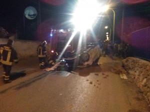 Incidente a Fontane Bianche, un'auto si ribalta: è polemica