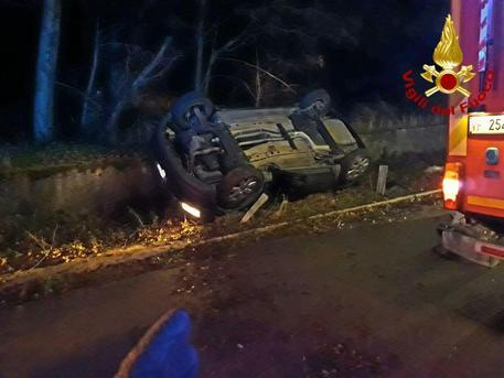 Incidenti, auto si ribalta: ferito un giovane nel Napoletano