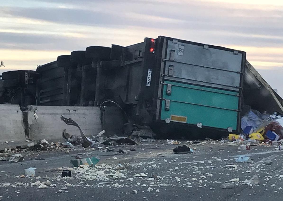 Si ribalta un camion lungo l'autostrada Siracusa-Rosolini