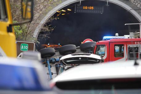 Auto si scontra con un mezzo dei vigili del fuoco, morta una bimba nel Foggiano