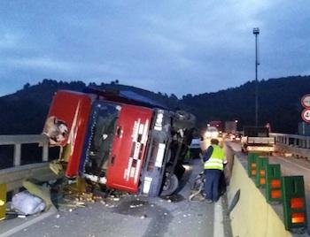 Incidente strada statale 640, si ribalta un camion allo svincolo di Caltanissetta: chiuso il tratto