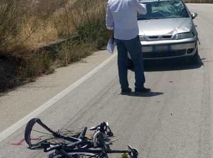Auto travolge ciclisti durante una gara nell'Agrigentino, un morto e un ferito