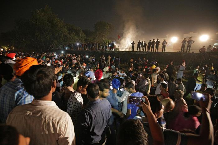 Treno sulla folla in India:almeno 60 morti