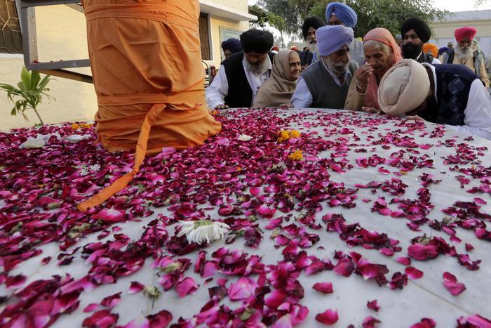 India, crolla un tendone per le forti piogge: 14 morti