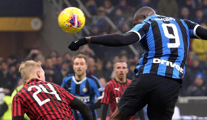 L'Inter vince il derby col Milan in rimonta e aggancia la Juventus in vetta