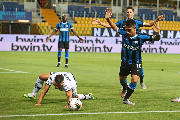 L'inter ribalta il risultato nel finale a Parma: i nerazzurri continuano a sognare