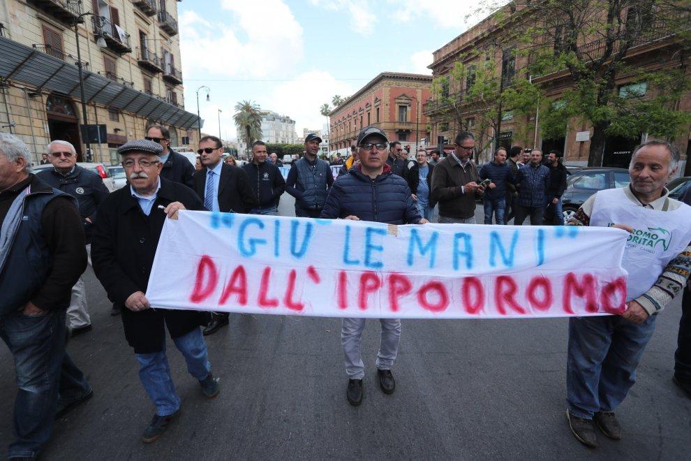 Palermo, un sit-in al Massimo per chiedere la riapertura dell'ippodromo