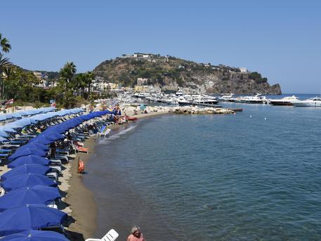 Abusivismo, la polizia sequestra una mega villa a Ischia