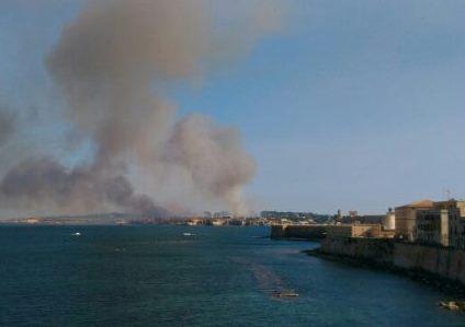 Siracusa, vasto incendio all'Isola nella zona del Lido Sacramento