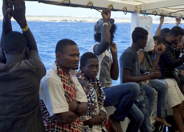 Migranti aggrappati agli scogli tratti in salvo a Isola Capo Rizzuto