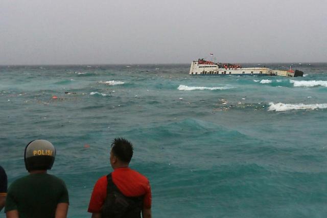 Indonesia: traghetto si arena in tempesta, 29 morti e 41 dispersi