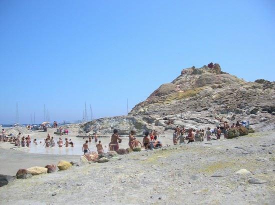 Abusivismo edilizio, 18 persone denunciate nell'isola di Vulcano
